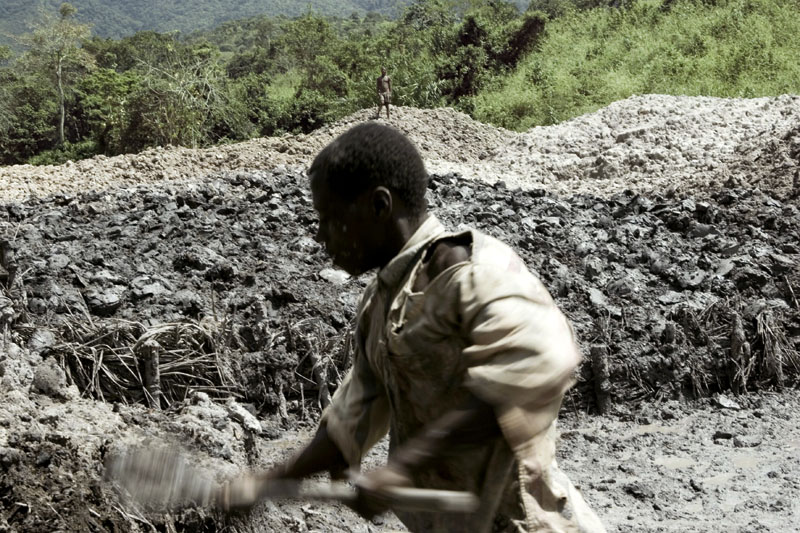 Kasunge gold mine / A miner digs for gold at Kasunge Mine, Fizi, DR Congo